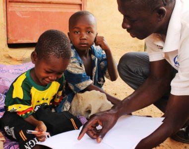 Educație Incluzivă: Născut cu paralizie, un băiețel a învățat să meargă datorită sprijinului în dezvoltarea timpurie